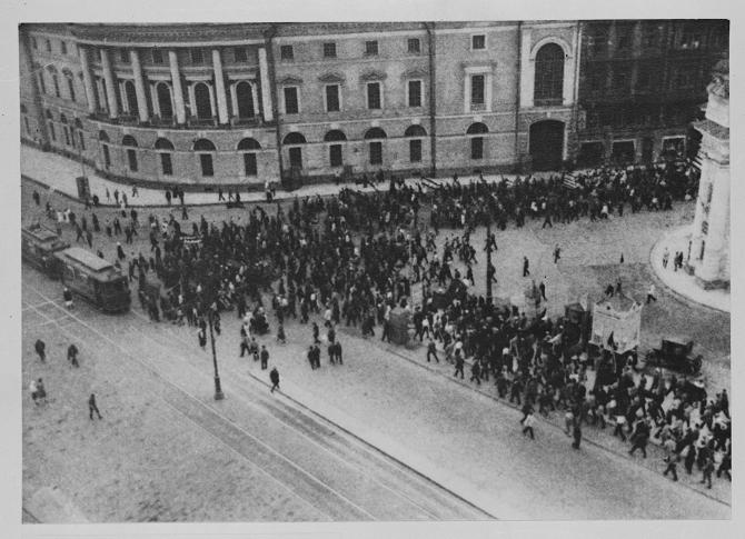 Um große Menschenmassen zeigen zu können, filmte Eisenstein die Maidemonstration von 1927 / Fotos © Mosfilm