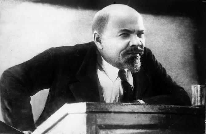 Beim Drehen mit Doppelgängern der historischen Figuren, kam Eisenstein die Idee eines zutiefst symbolischen Films