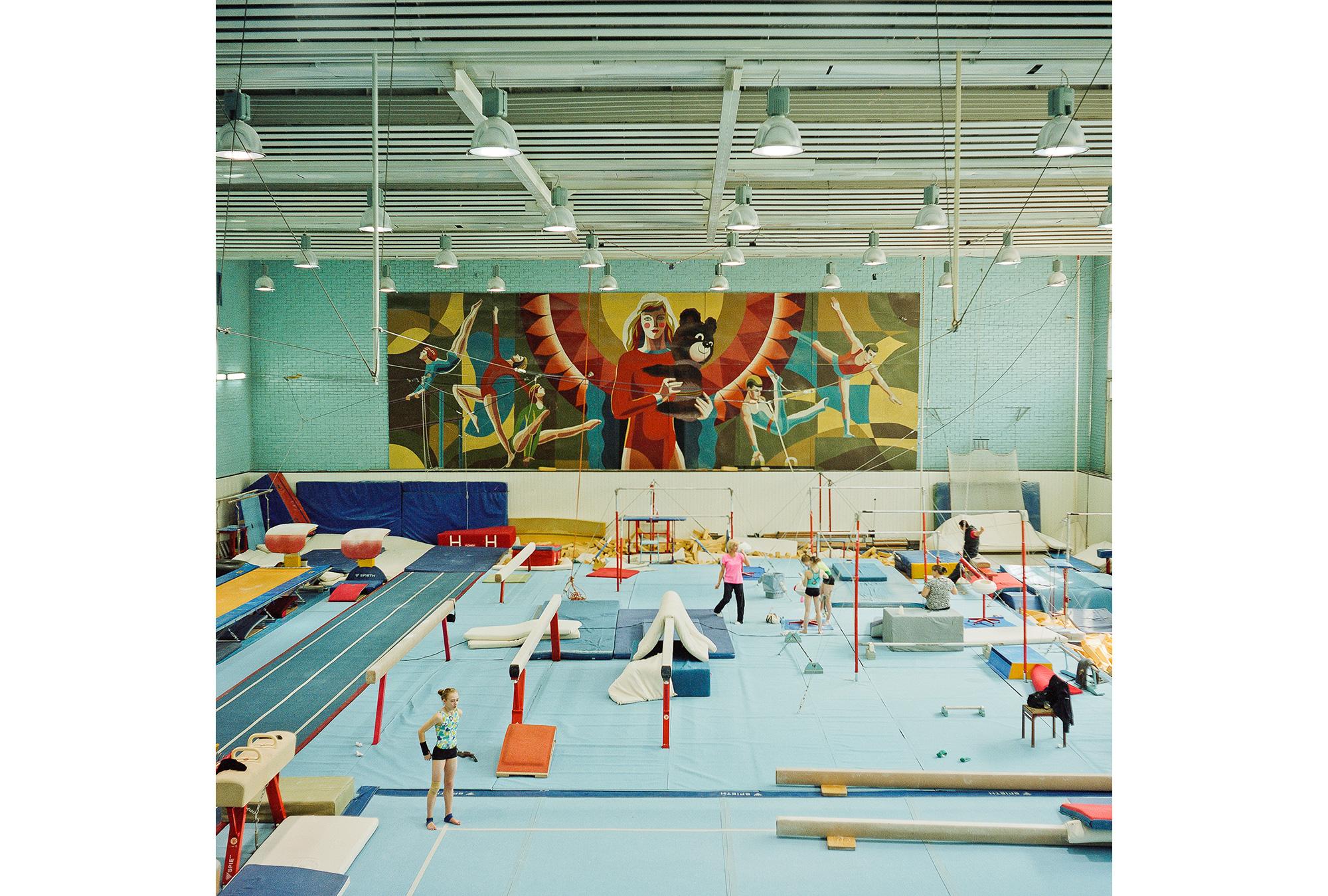 Turnhalle des Olympischen Sportkomplexes in Moskau. Die 1980 fertiggestelltе Sportanlage ist immer noch die größte in Europa. Während der Olympischen Spiele in Moskau fanden hier Wettkämpfe in 22 unterschiedlichen Disziplinen statt. Heutzutage gibt es hier Sport- und Musikveranstaltungen, außerdem Büros, Bars, Cafes, verschiedenste Geschäfte und einen Kleidermarkt.