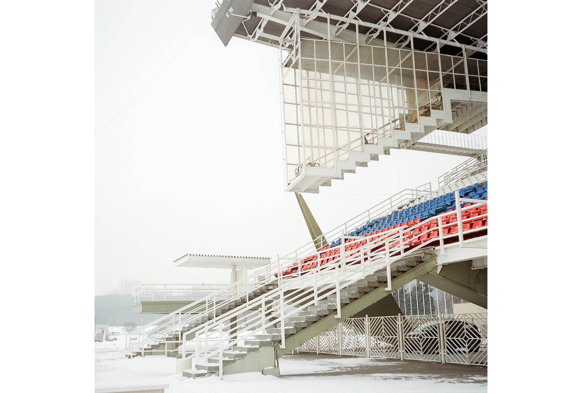 Punktrichter-Tribüne in der Krylatskoje-Arena. Das 2300-Meter-Becken für Kanu- und Rudersport wurde speziell für die Olympischen Sommerspiele in Moskau errichtet, wird seitdem allerdings nicht mehr regelmäßig genutzt.