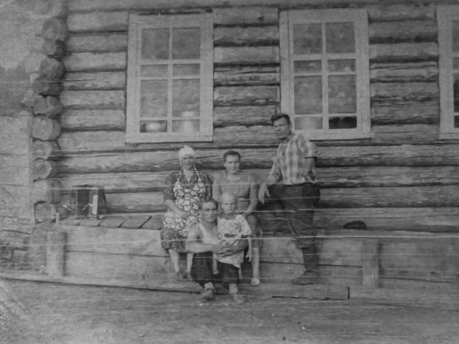 """Gerassim Bersenew mit seiner Familie – """"Immer, wenn er anfing zu erzählen, musster er weinen."""" / Foto © privat"""