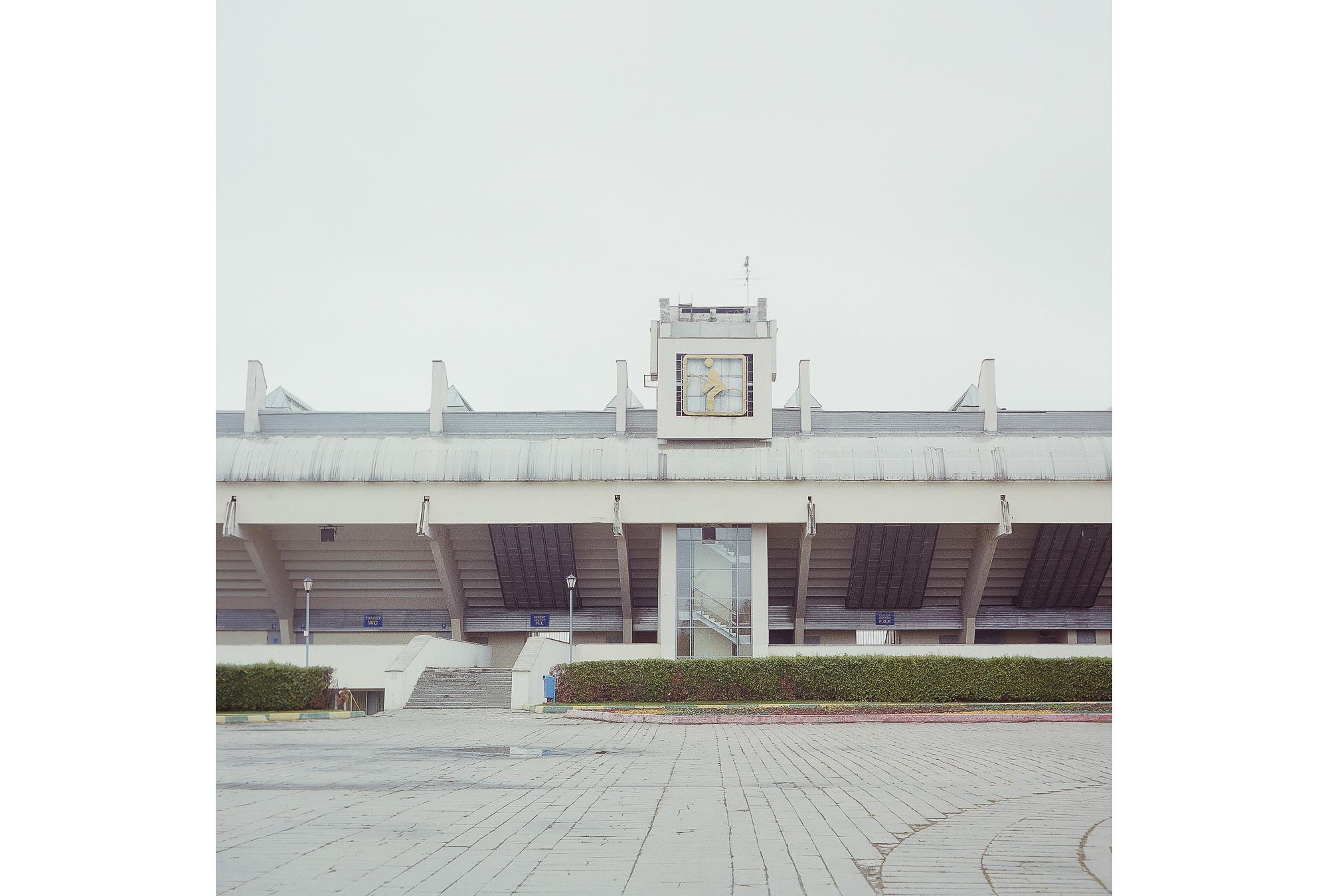 Außenansicht des Bitza-Reitsportstadions. Der 1980 errichtete Sportkomplex ist immer noch das größte Reitsportstadion in Europa. Während der Olympischen Spiele in Moskau fanden hier alle Pferdesport-Wettkämpfe statt. Der Komplex wird auch weiterhin für den Pferdesport genutzt.
