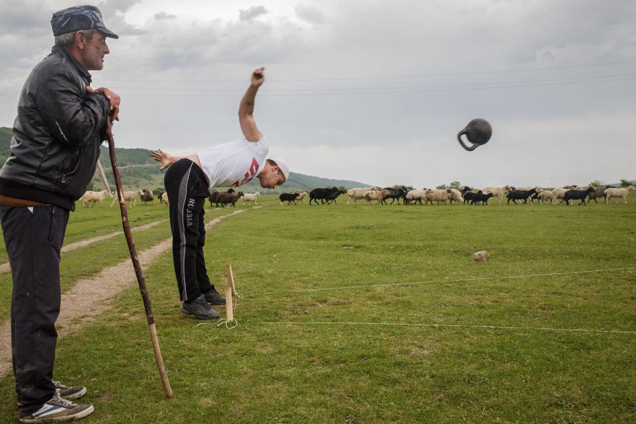 Gewichte werfen während des Auftriebs / Foto © Jewgenija Shulanowa