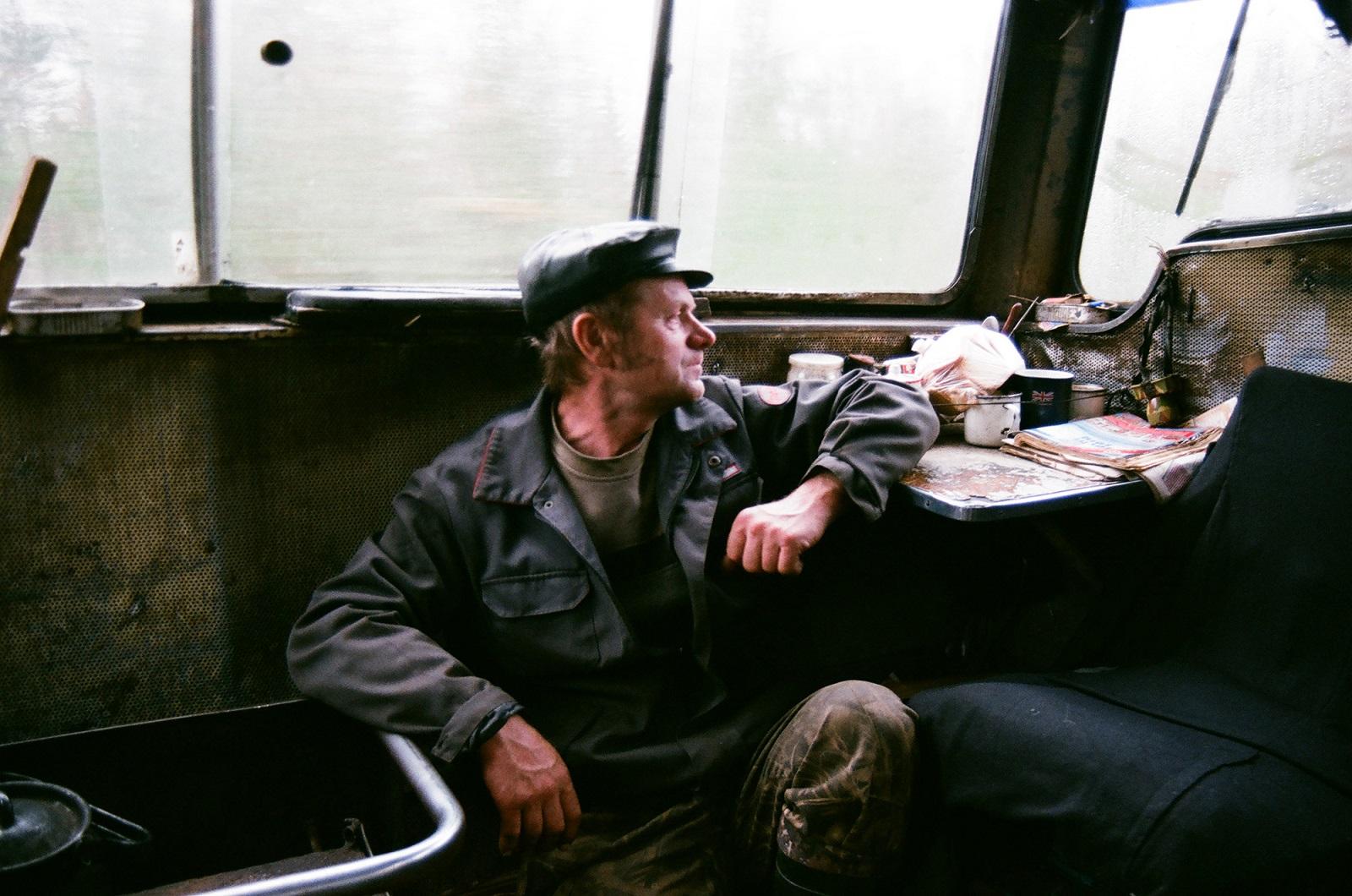 """Djadja (dt. """"Onkel"""") Sascha, der Helfer des Zugführers, erzählt, wie sie einmal über ein altes Funkgerät auf den Kanal von Bewässerungsarbeitern in Kasachstan stießen und sich mit ihnen über das Wetter austauschten"""