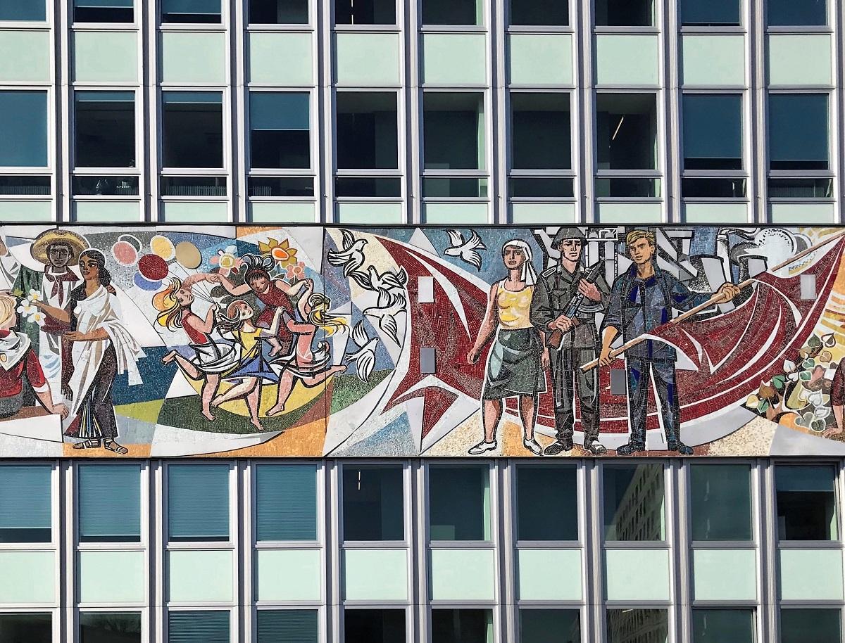 Знаменитый фриз, или, как его называют в народе, «перевязь» на Доме учителя в Берлине оформил Вальтер Вомацка © Андреас Метц
