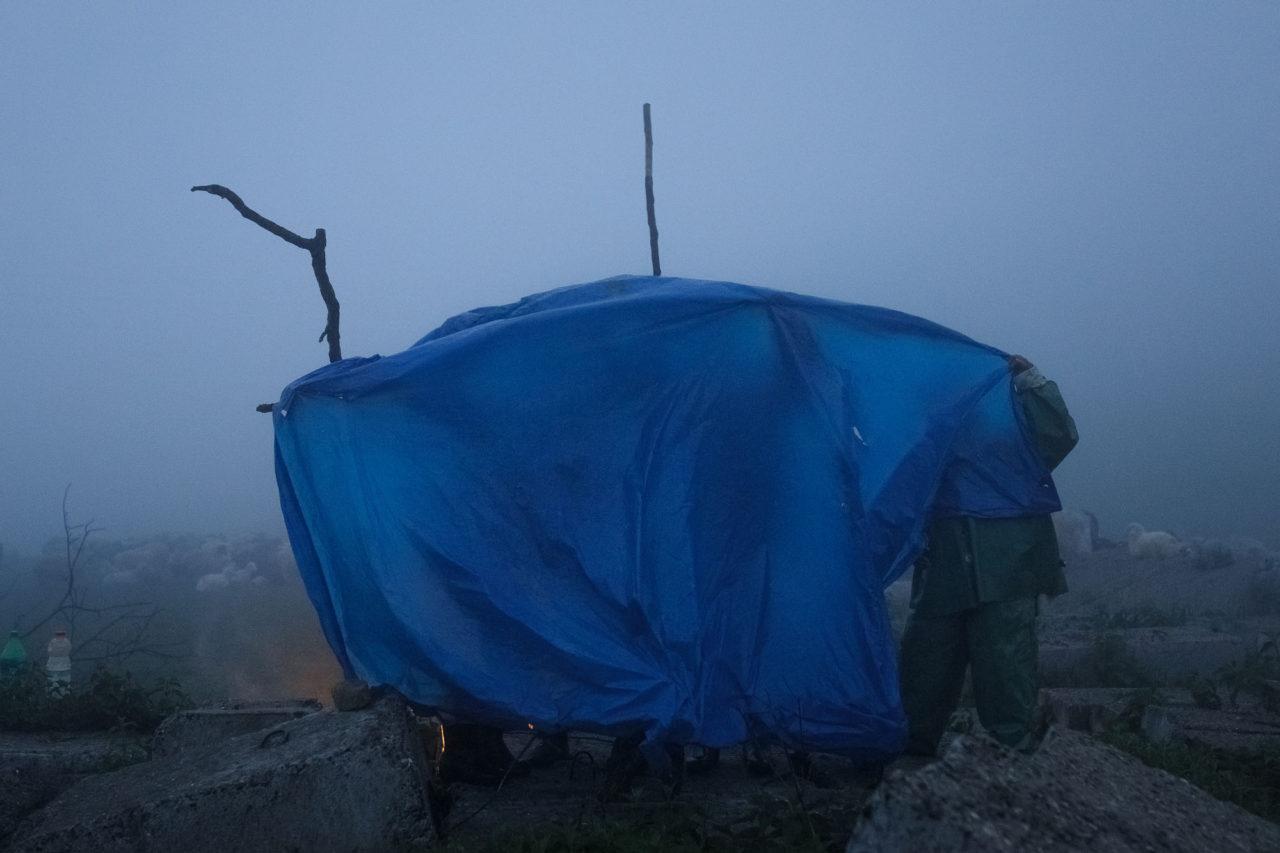 Wegen des Regens wird im Zelt zu Abend gegessen / Foto © Jewgenija Shulanowa