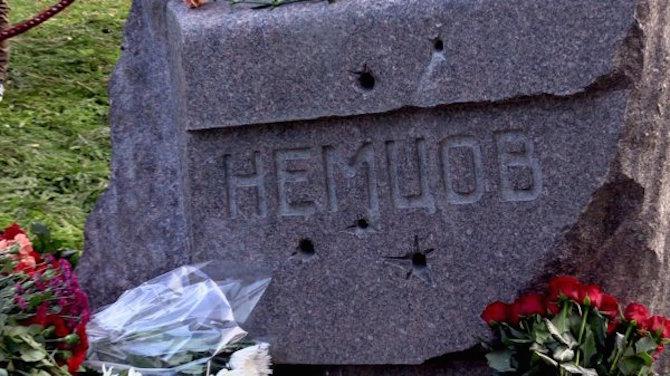 Nemzows Grab auf dem Trojekurowski Friedhof in Moskau - Novaya Gazeta