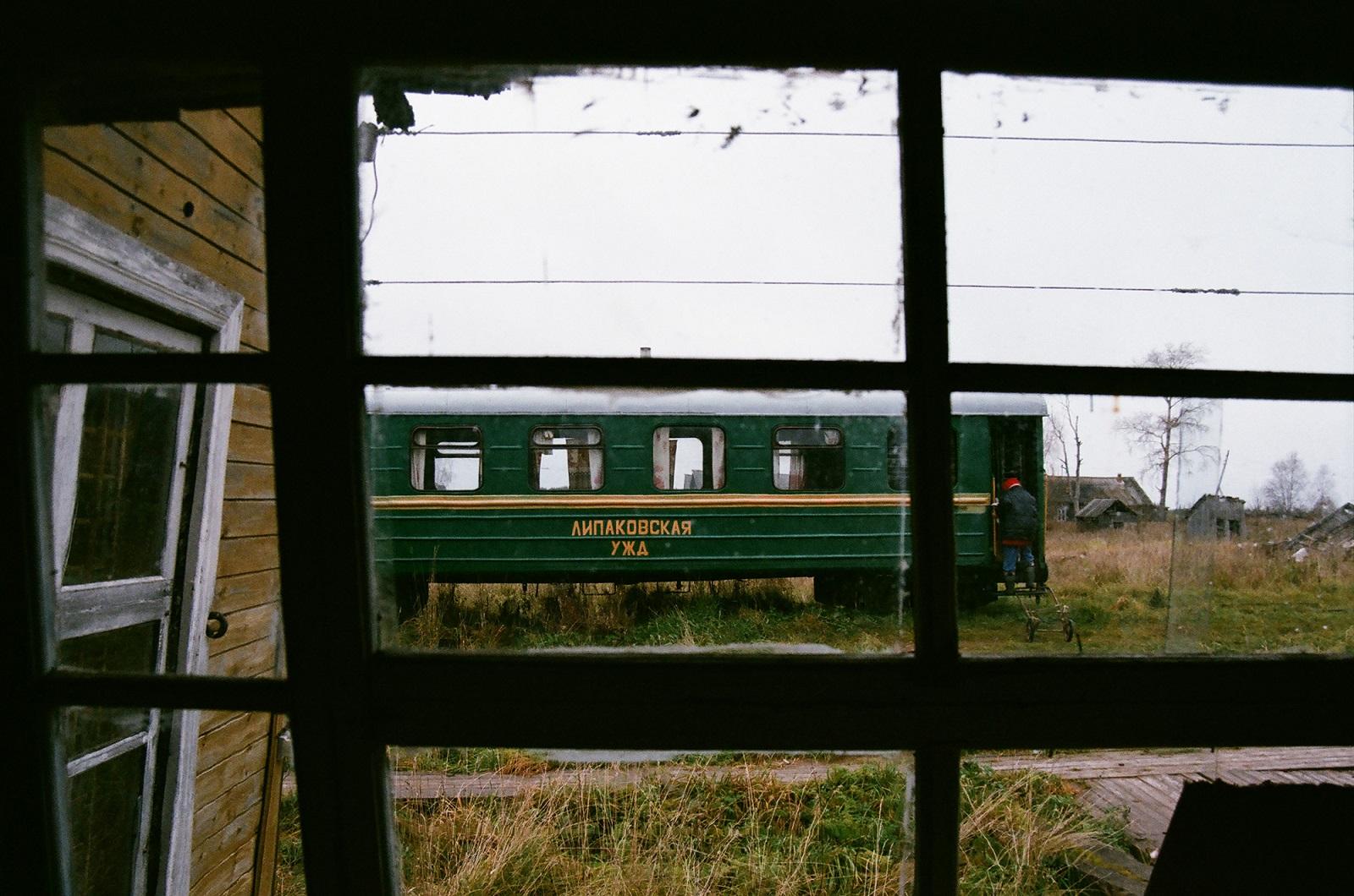 Der Zug erreicht seine letzte Station – Sesa. Das Dorf wird lebendig, wie auch das vorherige. Alle kommen zu den Gleisen, gehen einkaufen, dann verläuft sich die Menschenansammlung, der Zugführer und seine Mannschaft gehen nach Hause Mittagessen