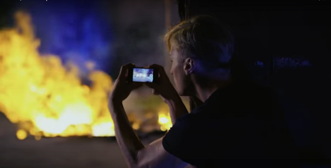 """Eine Autoexplosion hier, ein Mord da – über ein Netz von kaltblütigen Geheimagenten will die CIA die Lage in Russland destabilisieren / Foto © Screenshot aus dem Video """"Spjaschtschije, 1 Serija""""/YouTube"""