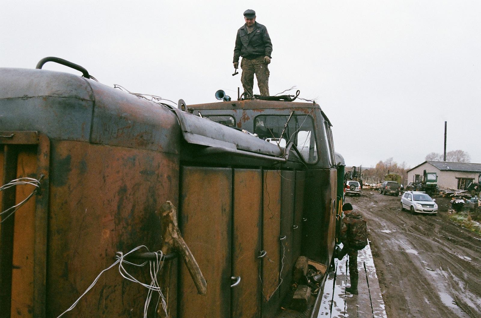 Die Lokomotive Baujahr 1986 mit einem Waggon. Sie kommt morgens zum Tanken nach Lipakowo gefahren, aus Sesa, der letzten an den Gleisen gelegenen Dorfsiedlung