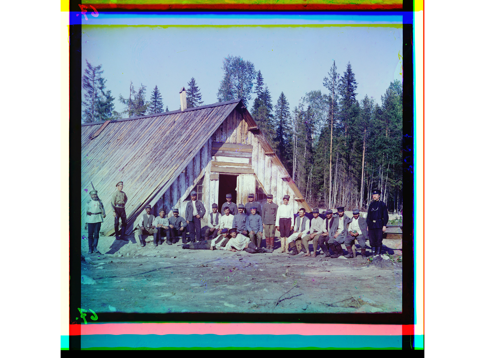 Österreichische Kriegsgefangene vor einer Baracke nahe Kiappeselga / Kannesemga, 1915