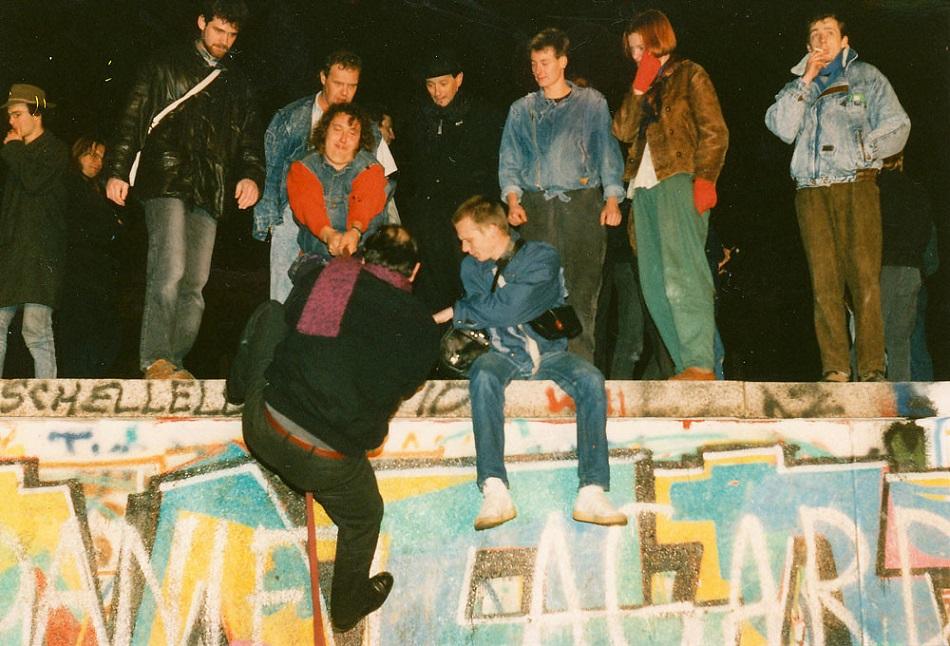 Ноябрь 1989 года. Сотни людей отмечают конец Берлинской стены — одного из ярчайших символов политической иконографии XX века © Андреяс Крюгер/flickr