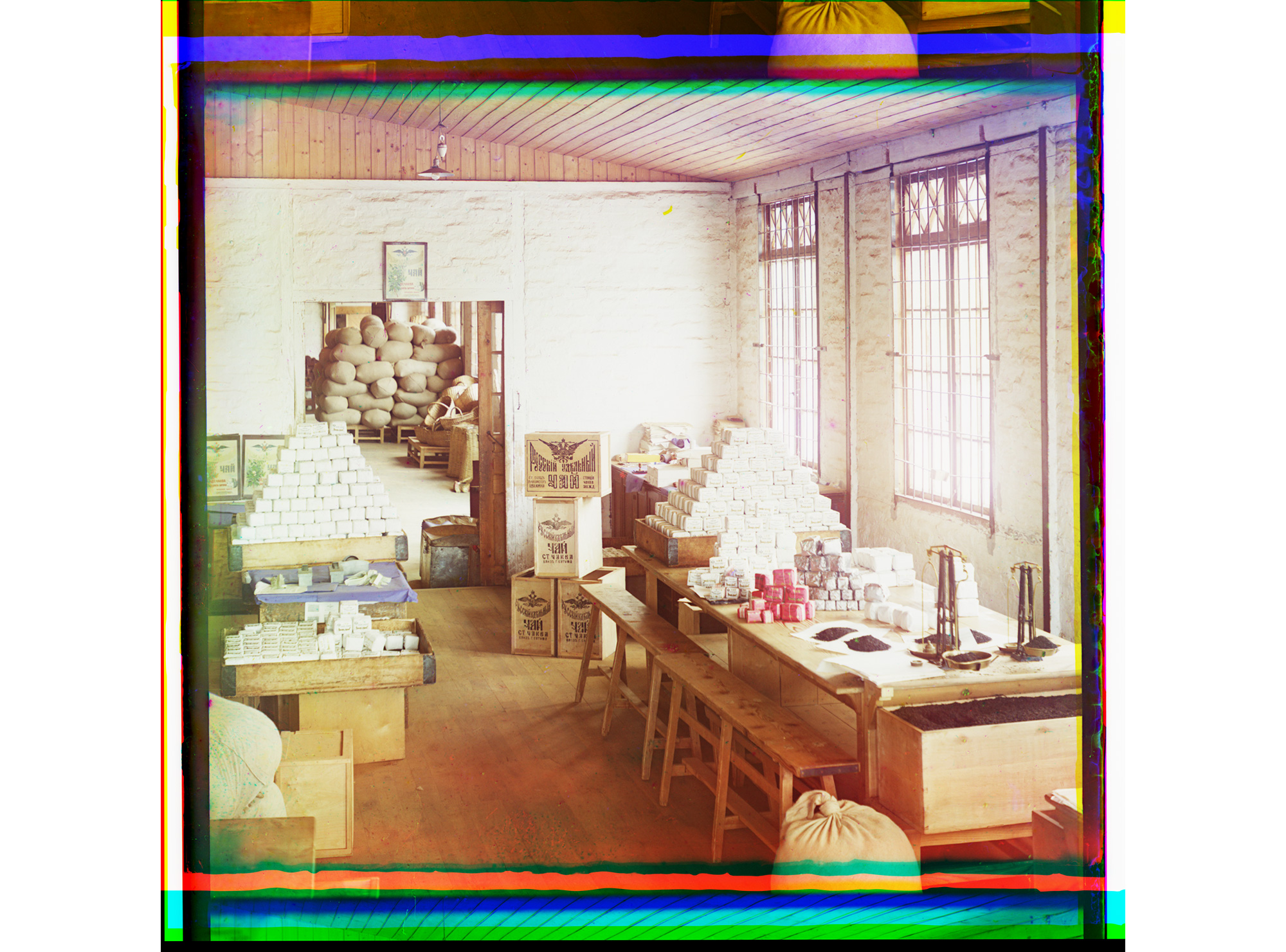 In der Abwiege-Abteilung der Teefabrik von Tschakwi, Georgien, zwischen 1905 und 1915