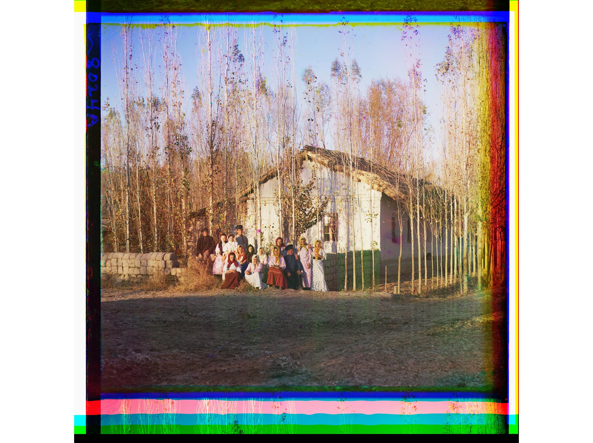 Haus von Umsiedlern mit einer Gruppe von Landarbeitern bei Nadeshdinsk, zwischen 1905 und 1915
