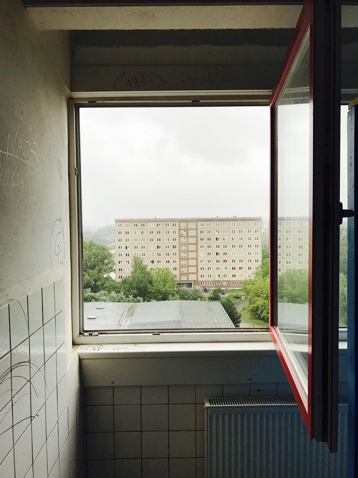 Вокруг старой деревни Марцан на северо-востоке Берлина к концу 1980-х годов возник большой жилой район, выделявшийся одиннадцатиэтажными блочными корпусами и обширными зелеными насаждениями. Меньше чем за 15 лет здесь были построены больше 100 тысяч квартир и 360 общественных зданий – детские сады, школы, торговые центры и центры бытового обслуживания, поликлиники и учреждения культуры © Андреас Метц