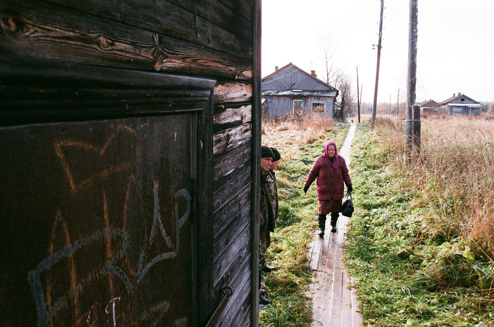 Bei Ankunft des Zuges versammelt sich das ganze Dorf, um Post zu holen oder neue Zeitungen oder einfach Brot zu kaufen. Der Laden macht erst bei Ankunft des Zuges auf und schließt nach der letzten Abfahrt