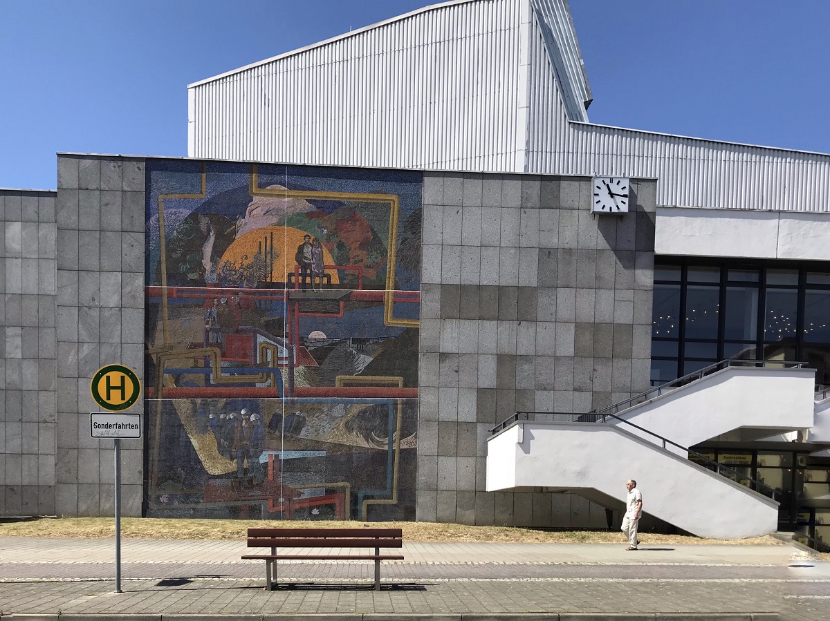 Дом шахтера и энергетика с мозаикой Фритца Айзеля, Хоейрсверда. В 1985 году получил Архитектурную премию ГДР © Андреас Метц
