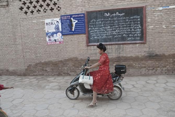 Chinesin auf einem Motorroller in Kaxgar, 2007 / Foto © Konstantin Salomatin