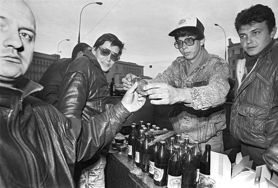 Zum Bier ein Trockenfisch, ein echtes Muss – genau wie Kaviar (links auf dem Verkaufstisch) zu Wodka / Foto © Eddi Opp/Kommersant, 1992