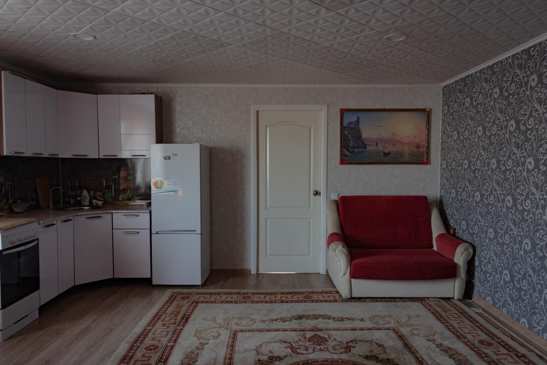 Aufenthaltsraum in einer dreistöckigen Garage, 5 x 12 Meter. Außerdem gibt es eine Banja und zwei Etagen mit Autostellplätzen / Foto© Oksana Ozgur