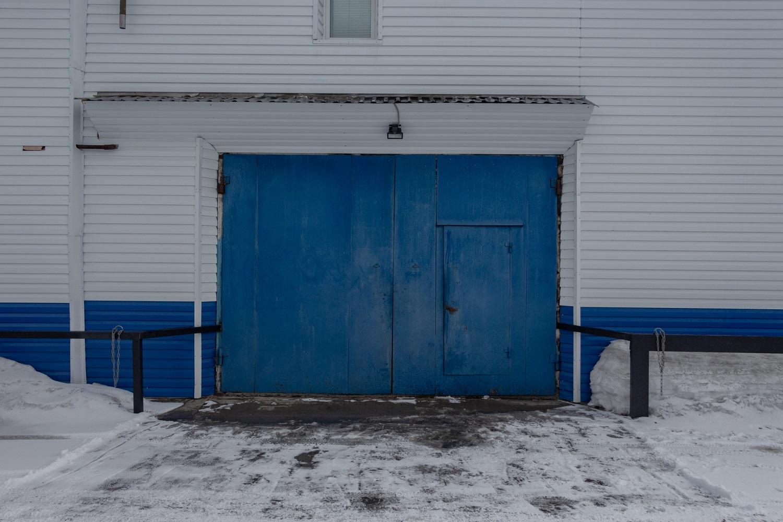 Außenansicht einer zweistöckigen Garage / Foto© Oksana Ozgur