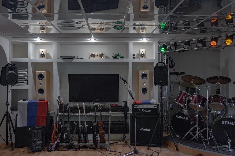Proberaum für Hobbymusiker im Obergeschoss einer Garage. Es gibt auch einen Aufenthaltsbereich mit Kamin und Bar. Der Bau einer Banja ist in Planung. Im Untergeschoss stehen die Autos/ Foto© Oksana Ozgur