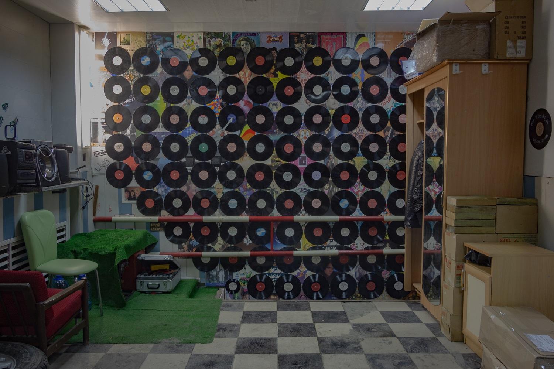 Die Garage ist zu einem Tonstudio umgebaut. Oben ist der Stellplatz für das Auto, im Souterrain ist das Studio / Foto© Oksana Ozgur