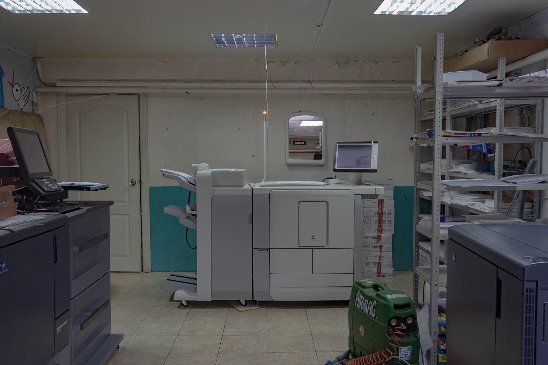 Die Druckerei der städtischen Zeitung befindet sich in zwei nebeneinanderliegenden eingeschossigen Garagen / Foto© Oksana Ozgur