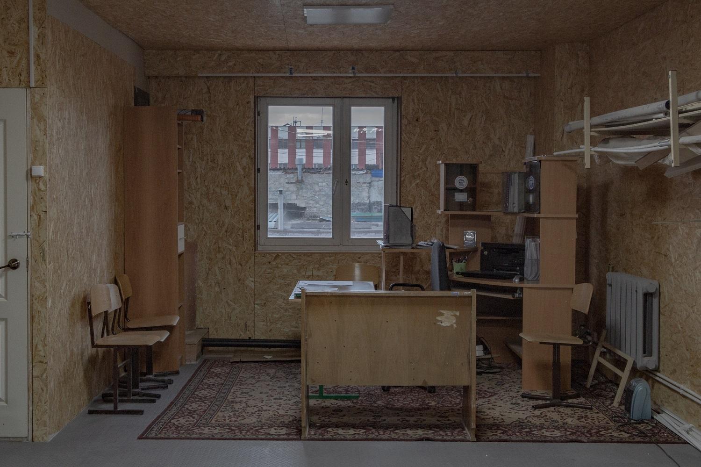 Arbeitsplatz des Vorsitzenden der Garagen-Kooperative im ersten Stock einer zweistöckigen Garage – die Gesamtfläche beträgt 180 Quadratmeter / Foto© Oksana Ozgur