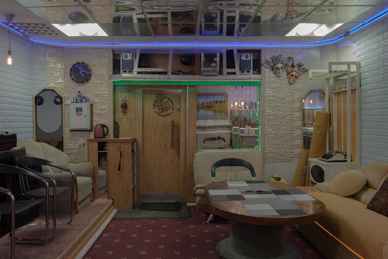 Die Garage ist zu einer Bar mit Heimkino umgebaut. Im Souterrain befindet sich ein weiterer Aufenthaltsraum. Das Auto parkt jetzt woanders/ Foto© Oksana Ozgur
