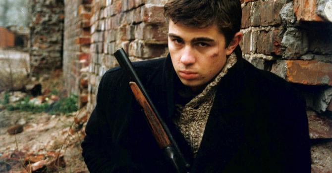 """Der Film """"Brat"""" zeigt den Krieg als traumatische Erfahrung, die Veteranen nicht aus dem Kopf bekommen / Filmstill aus dem Film """"Brat""""/CTB Film Company"""