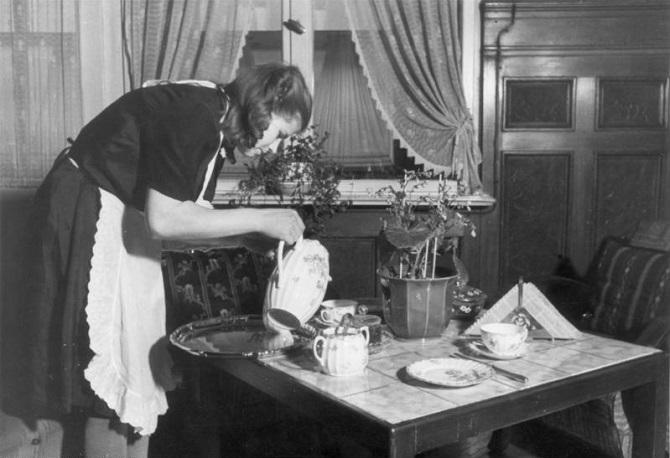 Zur Zwangsarbeit ins Deutsche Reich verschleppt – auch zur Arbeit in den Haushalten deutscher Bildungsbürger / Foto © Bundesarchiv, Bild 183-2007-0618-500 / CC-BY-SA 3.0
