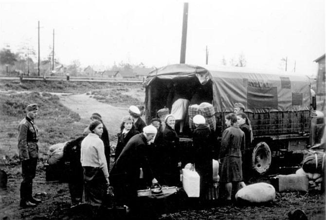 Eine Minderheit ging freiwillig, die Mehrheit wurde zur Zwangsarbeit ins Deutsche Reich verschleppt / Foto © Bundesarchiv, Bild 183-B25444 / CC-BY-SA 3.0