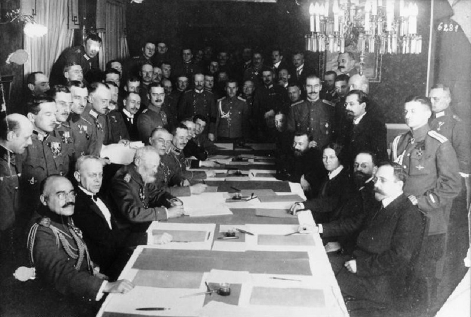 Deutschland, seine Verbündeten und Russland unterzeichnen am 15.12.1917 in Brest-Litowsk ein Waffenstillstandsabkommen / Foto © Deutsches Bundesarchiv