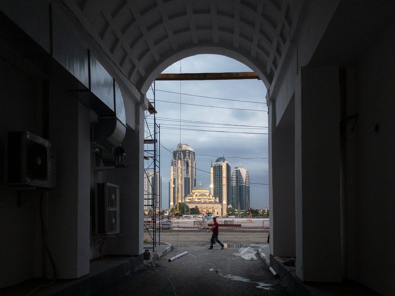 Wo der Blick in Grosny auch hinfällt, er trifft nur auf Wohlstand aus Glas und Beton  / Foto © Dmitry Markov für Meduza