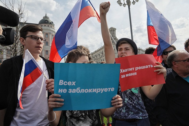 """Teilnehmer der Demo auf dem Puschkin-Platz in Moskau: """"Ihr könnt  nicht alle blockieren."""" """"Es reicht, ihr habt genug über mich hinweg entschieden!"""" / Foto © Wlad Dokschin/Novaya Gazeta"""