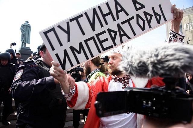 """Die Menge ruft: """"Man hat den Zar verhaftet!"""" Der Schildträger fordert:  """"Putin soll Imperator werden"""" / Foto © Viktoria Odissonowa/Novaya Gazeta"""