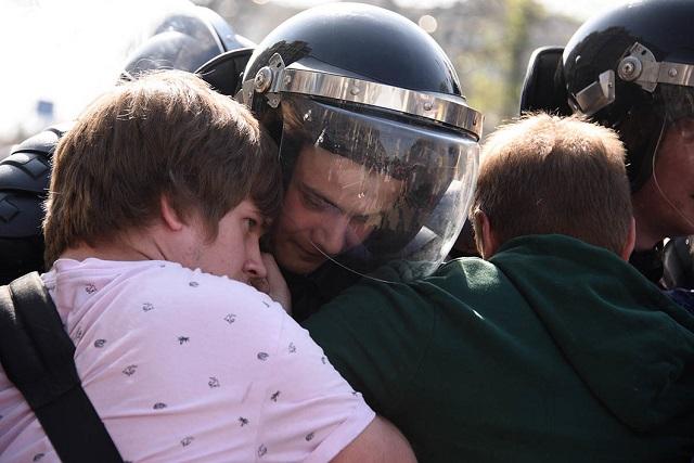 Als Menschenkette marschieren Demonstrierende den OMON-Kräften entgegen / Foto © Viktoria Odissonowa/Novaya Gazeta