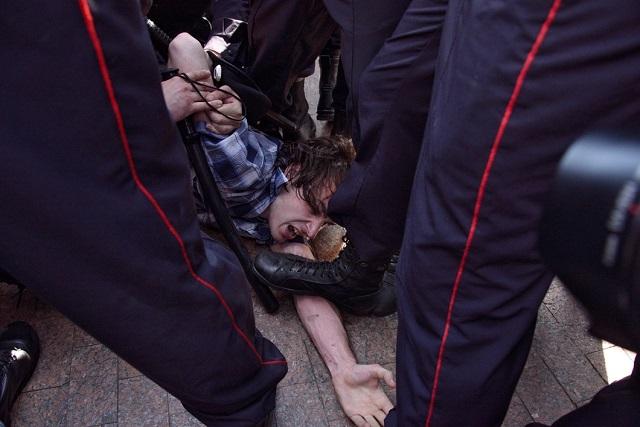 """""""Sie tun ihm weh! Hören sie auf!"""" rufen Demonstrierende / Foto © Viktoria Odissonowa/Novaya Gazeta"""