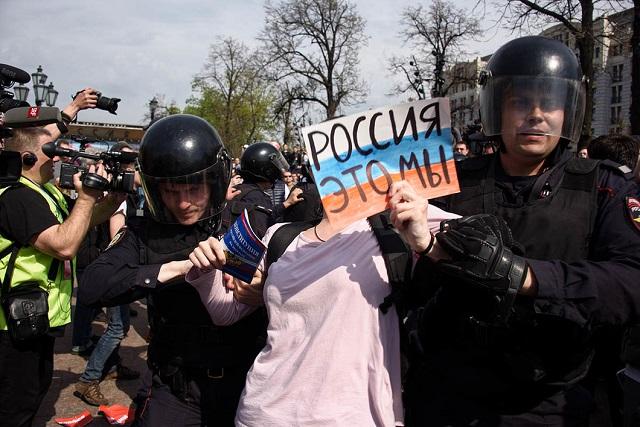 """Eine der ersten Festnahmen: """"Russland, das sind wir"""", steht auf dem Schild / Foto © Viktoria Odissonowa/Novaya Gazeta"""