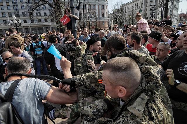 Menschen in Kosakenuniforn schlagen auf Demonstrierende ein / Foto © Wlad Dokschin/Novaya Gazeta