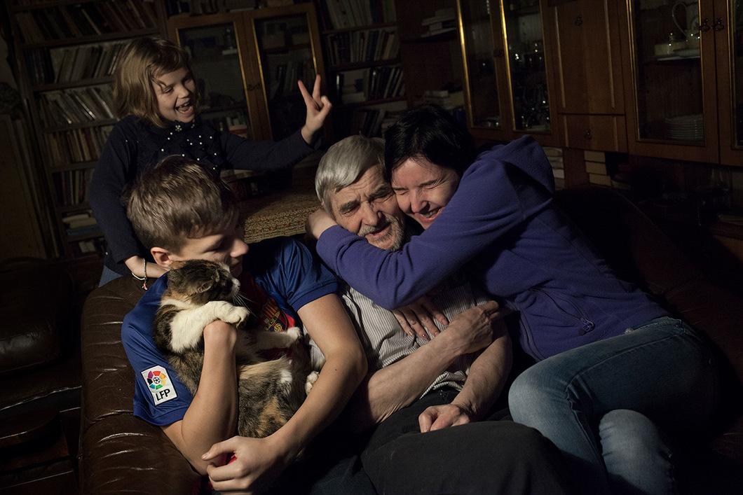 Wieder zuhause – Dmitrijew mit der erwachsenen Tochter Katja und den Enkeln