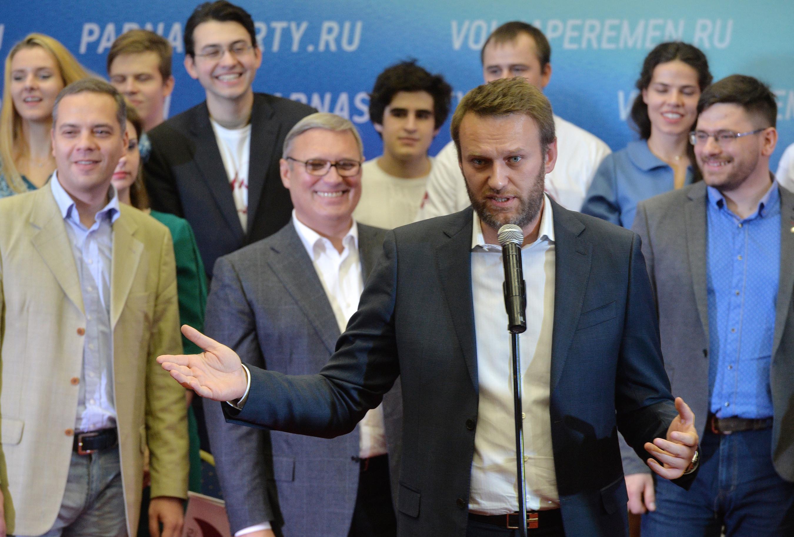 Da lachen sie noch – Vertreter der Demokratischen Koalition im Dezember 2015. Am Mikrofon Alexej Nawalny, links daneben Michail Kassjanow (PARNAS), ganz links Wladimir Milow (Demokratische Wahl). Foto © Juri Martjanow/Kommersant