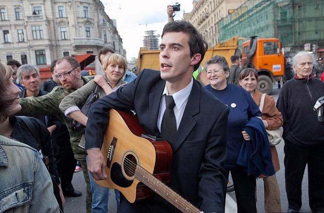 """Investigativjournalist Roman Dobrochotow bei einer Protestaktion im Jahr 2009 – """"Wir tragen alle mehr oder weniger ein Risiko."""" / Foto © Ilya Varlamov/varlamov.ru"""