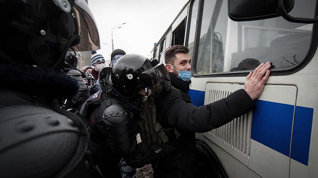 """""""OMON und Polizei haben angefangen, die Menschen durch die Straßen zu jagen – und haben damit faktisch die Protestaktion über die ganze Stadt ausgebreitet."""" / Foto © Vlad Dokschin/Novaya Gazeta"""