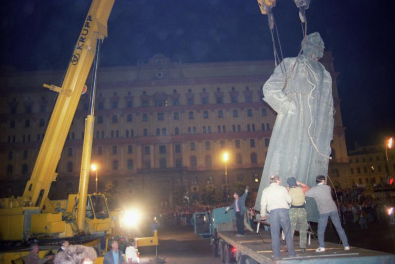 Am 23. August 1991 wurde das Denkmal Dsershinski vor der Lubjanka sorgfältig demontiert und abtransportiert / Foto © Igor Mikhalev/Sputnik