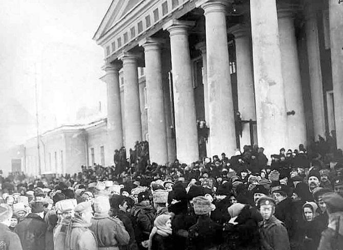Demonstranten versammeln sich vor dem Taurischen Palast / Foto © unbekannter Autor/Wikipedia