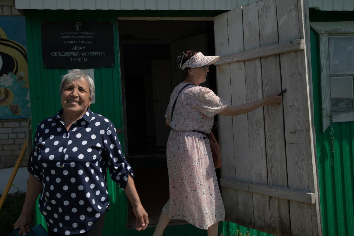Gesundheits- und Geburtshilfezentrum im Dorf Absanowo. Die Feldscherinnen Saituna Mussina und Ramsija Bikbulatowa machen sich zu Krankenbesuchen und Hauspflegeeinsätzen  auf  / Foto © Natalja Madiljan
