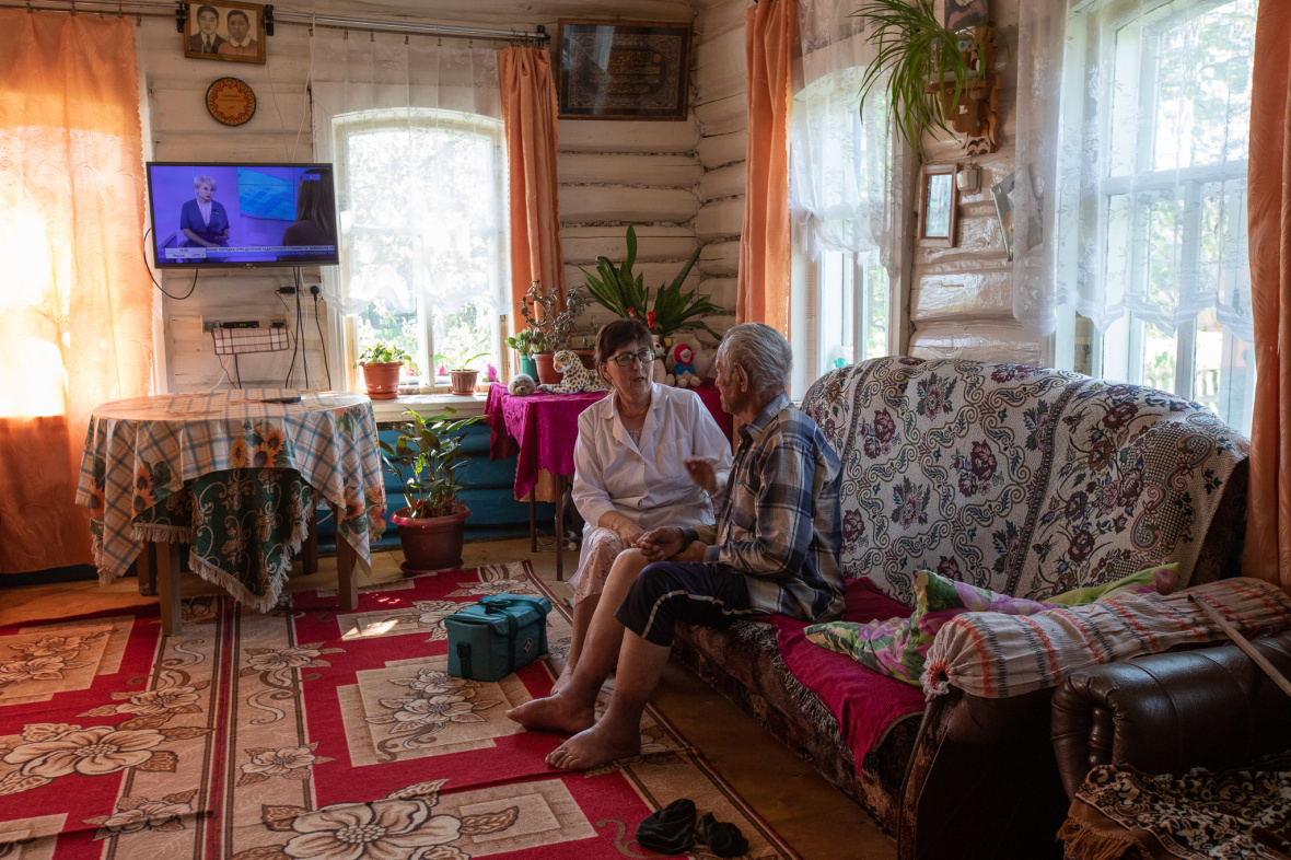Feldscherin Saituna Mussina bei einem Hausbesuch in Absanowo / Foto © Natalja Madiljan