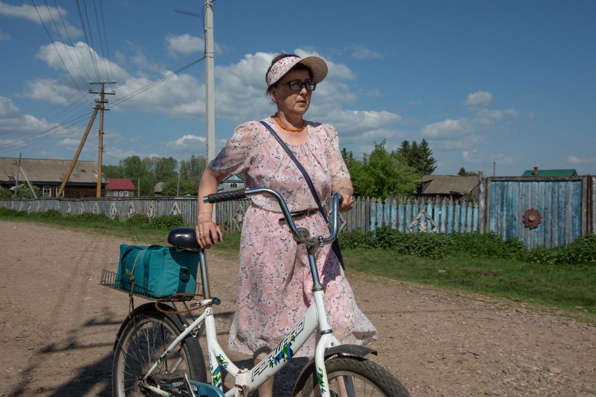 Haupt-Transportmittel im Dorf – zu Fuß oder mit dem Fahrrad. Feldscherin Saituna Mussina auf ihrem Weg zu einem Hausbesuch / Foto © Natalja Madiljan